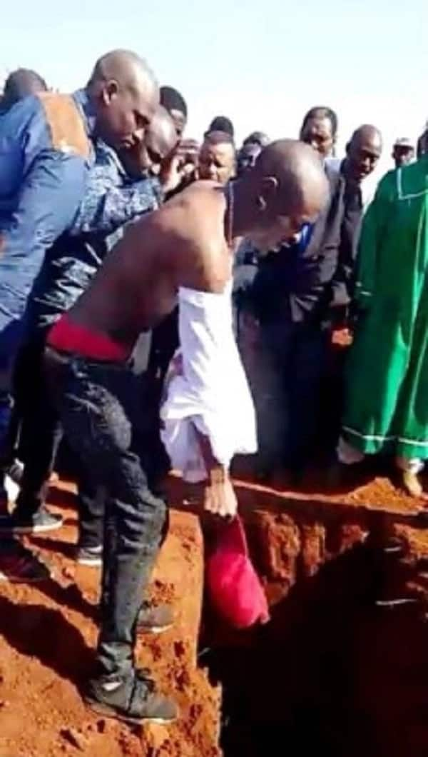 Rich kid, 27, gets buried with money, beer and other expensive things