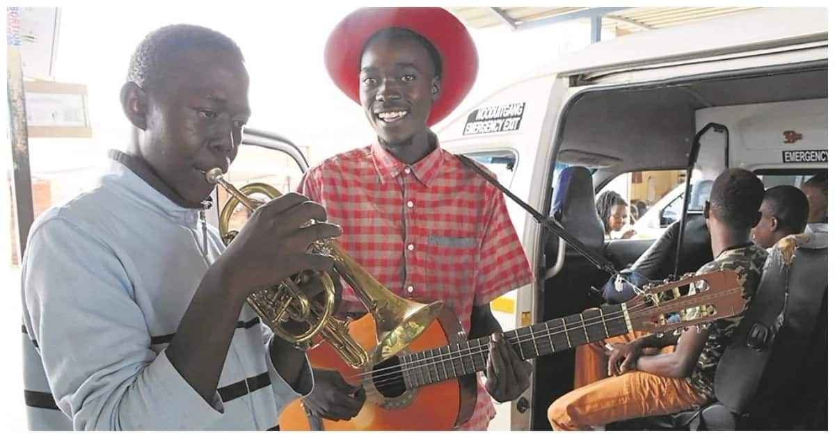 Live music at the taxi rank: two young musicians love entertaining passengers
