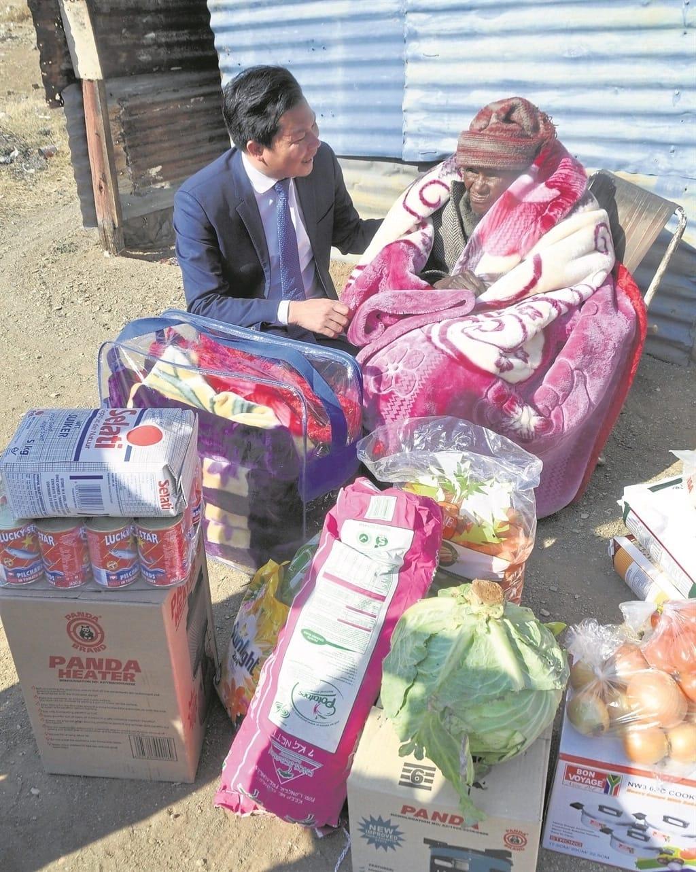 Jimmy Shi pictured with gogo Mamosala. Source: Daily Sun/Kabelo Tlhabanelo