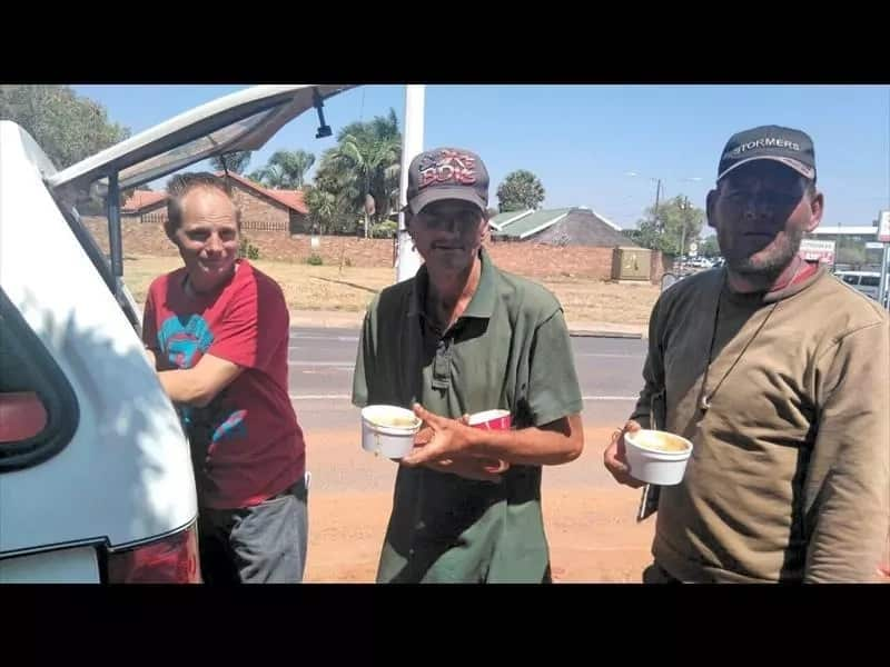 A well-wisher, Stephen Laude, distributes food to the homeless. Source: rekordcenturion.co.za