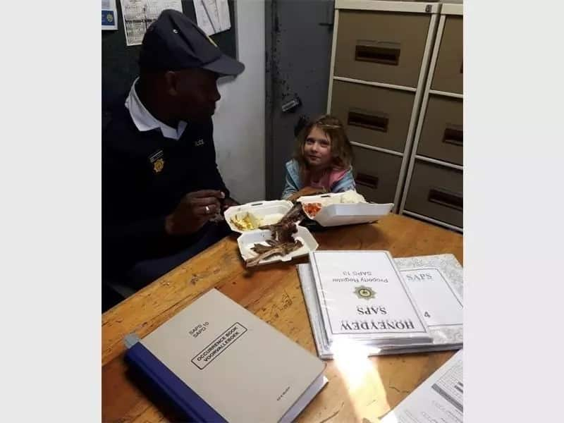 Constable Sithole and Simone's daughter sharing lunch. Source: Roodepoort North Insider