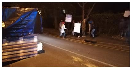 Protesters shack up in front of Helen Zille's house over housing issues