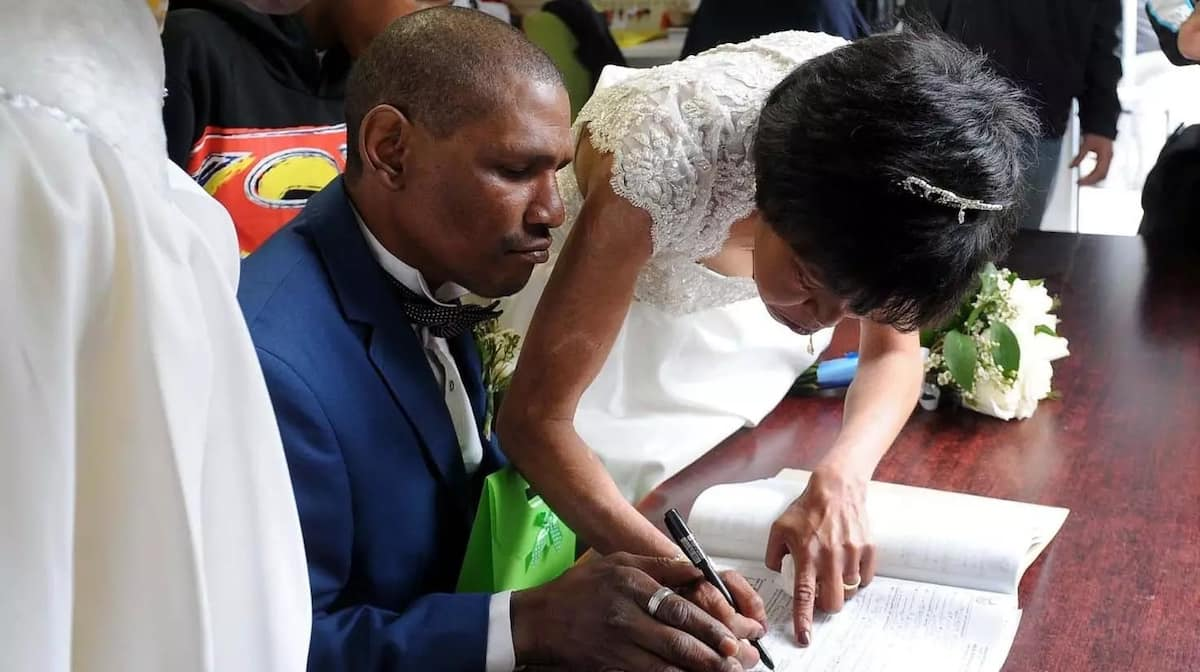 Llewellyn and Cecilia sign their marriage certificate. Source: Daily Voice/Tracey Adams