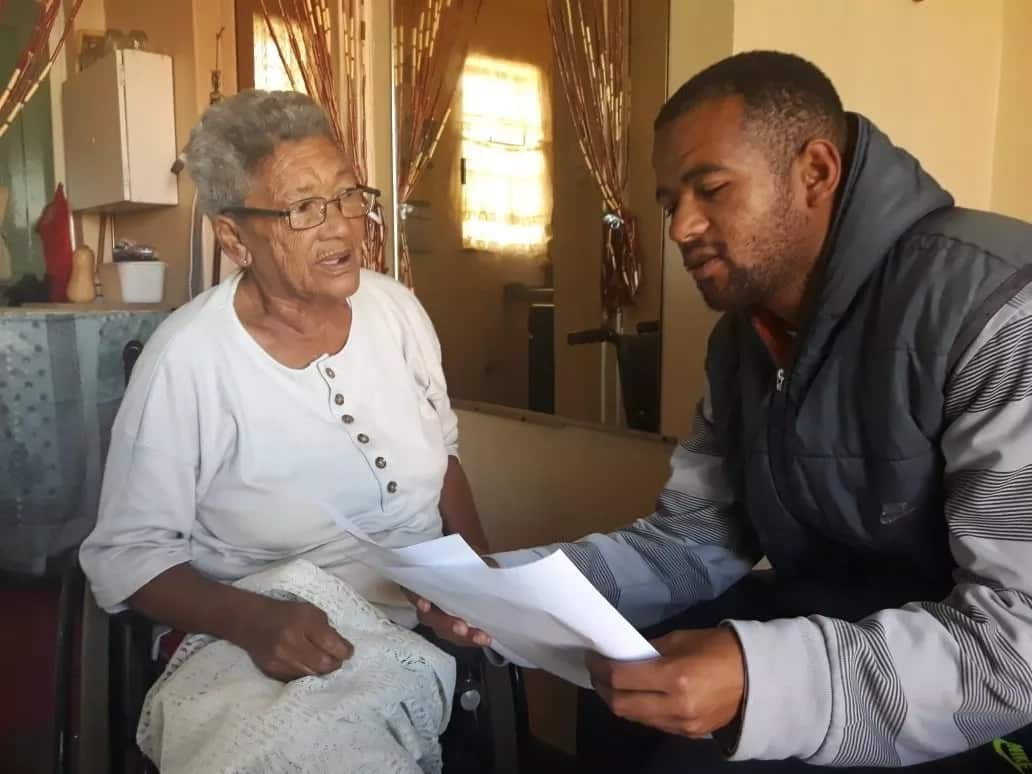 Yaseen explains the project to a pensioner. Source: Daily Voice