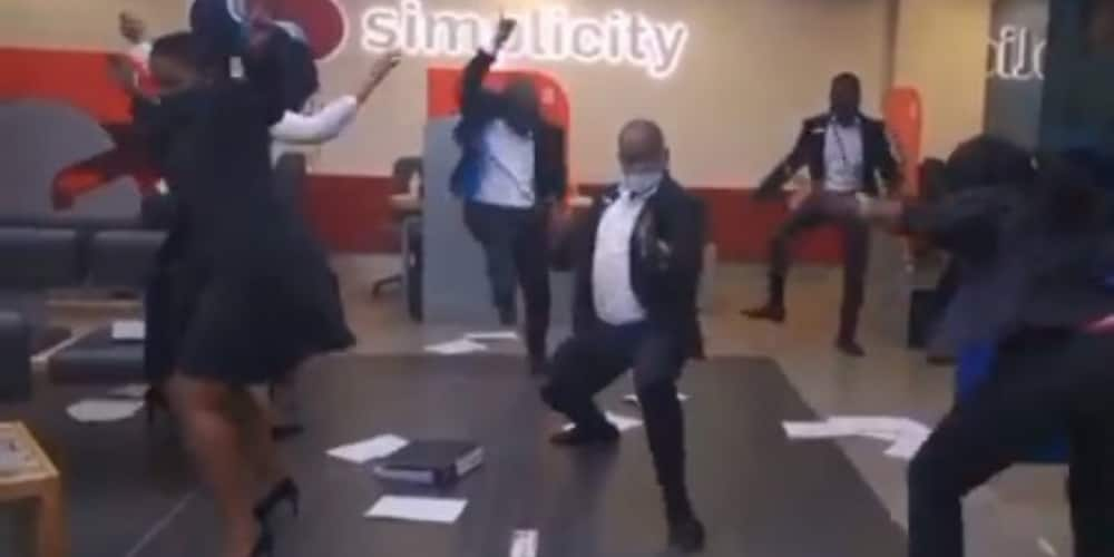 Haibo: Bank Employees Leave Net With Raised Eyebrows in Hilarious Dance Clip