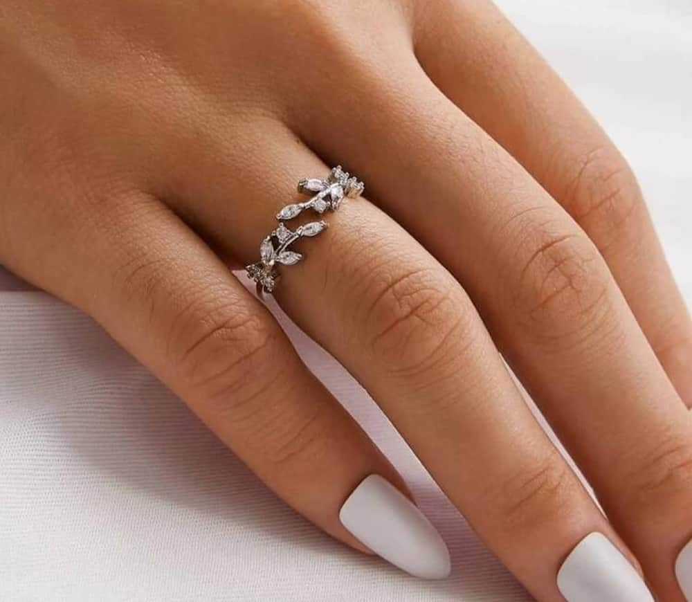 Leaf design wedding ring