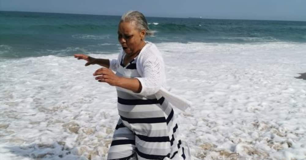Mom sees the beach for first time