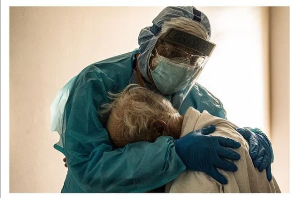 Doctor hugs COVID-19 patient who cried after missing his wife on Thanksgiving Day