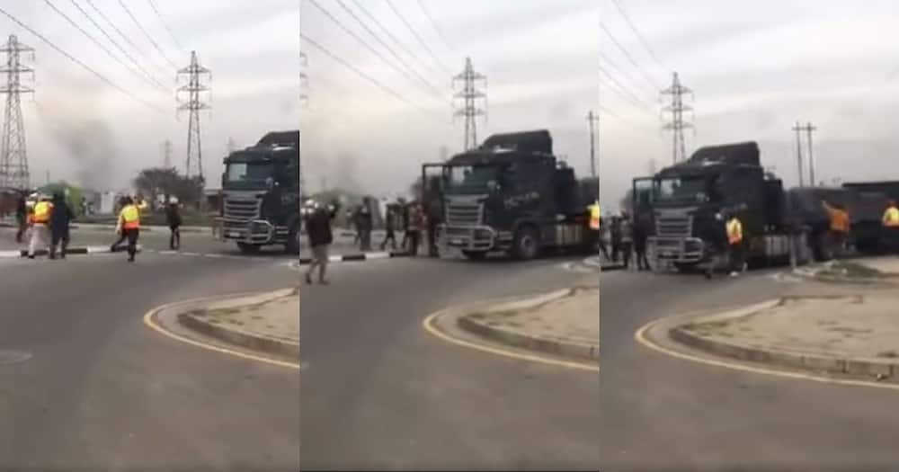 Mzansi social media users are reacting to s video of a truck that was stripped of valuable cargo. Image: SA Long Distance Truckers/Facebook