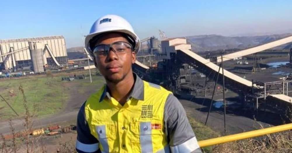 Mzansi social media users are celebrating Nkosana Mlotshwa's story after getting a job. Image: @VarsityWorld/Facebook