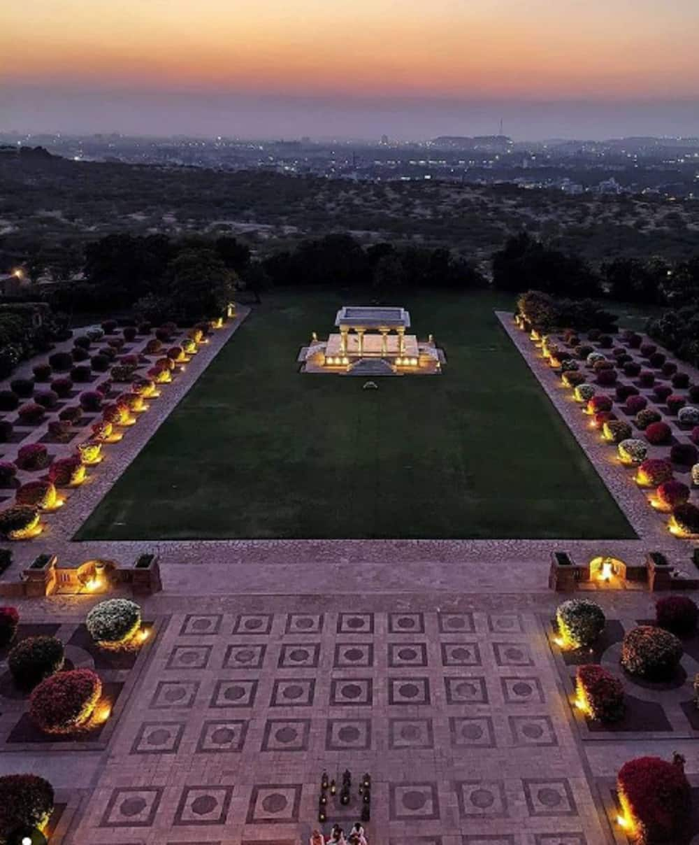 How much should I spend on a wedding venue?