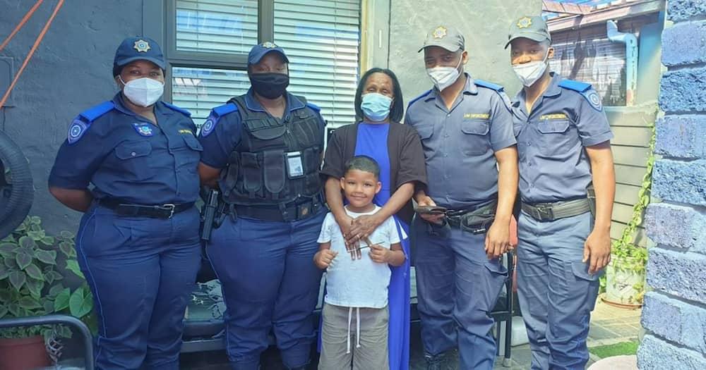 Grateful lady thanks cops for driving 26 kilometres to deliver grandad's wallet