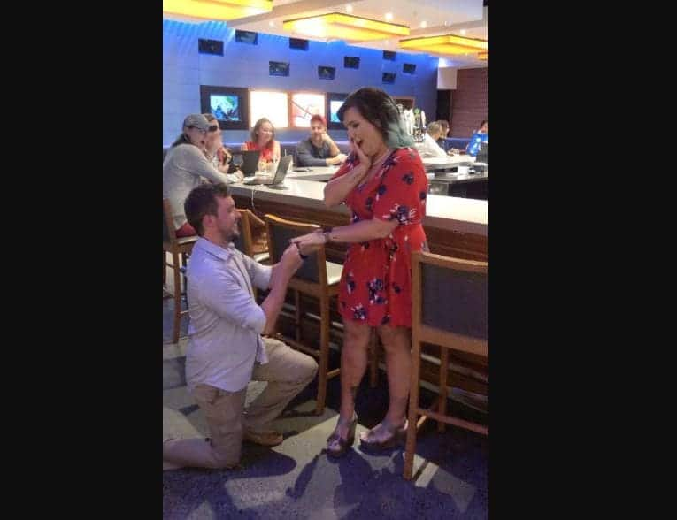 Couple fake marriage proposal to get free drinks from strangers in bars