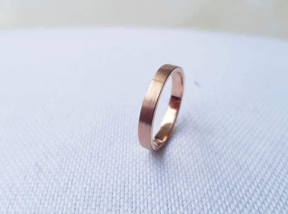 how much should you spend on a women's wedding band?