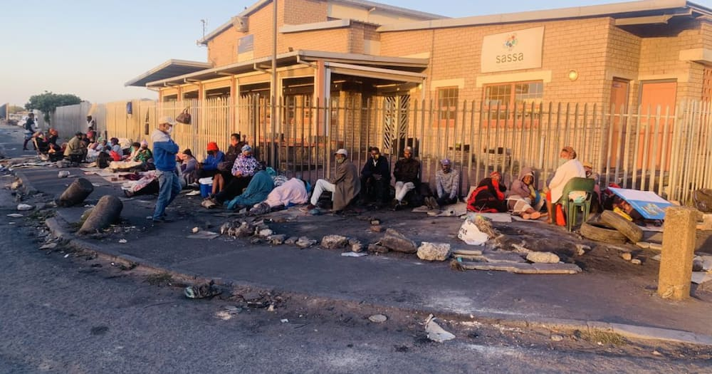 """Mzansi angered over long SASSA queues: """"ANC doesn't care about us"""""""